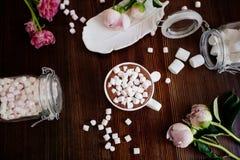 Κακάο με marshmallow και τα λουλούδια στοκ εικόνες
