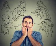Κακά κακά άτομα που δείχνουν στο τονισμένο άτομο Απελπισμένος φοβησμένος νέος επιχειρηματίας Στοκ Φωτογραφίες