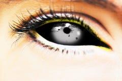 Κακά μαύρα αλλοδαπά βαμπίρ ή zombie μάτια Κλείστε αυξημένος στοκ φωτογραφίες με δικαίωμα ελεύθερης χρήσης