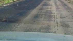 Κακή άποψη πρώτος-προσώπων οδικής κυκλοφορίας ασφάλτου πολύ υπαίθρια κακός ο δρόμος απόθεμα βίντεο