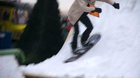 Κακή νεολαία που παρουσιάζει snowboarding τεχνάσματα, που προετοιμάζονται για τον ανταγωνισμό απόθεμα βίντεο
