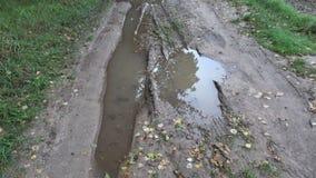 Κακός βρώμικος υγρός δρόμος καλλιεργήσιμου εδάφους μετά από τις βροχές φθινοπώρου απόθεμα βίντεο