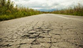 Κακός δρόμος που ραγίζεται και χαλασμένος στοκ φωτογραφίες