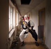 Κακός κλόουν με ένα σφυρί Στοκ Φωτογραφία