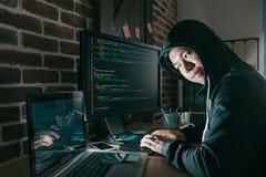 Κακός νέος προγραμματιστής υπολογιστών ως χάκερ Στοκ φωτογραφία με δικαίωμα ελεύθερης χρήσης