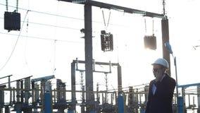 Κακός προϊστάμενος επιθεωρητών που μιλά στο τηλέφωνο σε ένα κλίμα εγκαταστάσεων παραγωγής ενέργειας, ηλιοβασίλεμα απόθεμα βίντεο