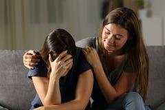 Κακός φίλος υποκριτών που ανακουφίζει ένα λυπημένο κορίτσι Στοκ εικόνες με δικαίωμα ελεύθερης χρήσης