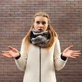Κακό κορίτσι αιφνιδιαστικής συγκίνησης μπερδεμένο έκπληκτο Στοκ Εικόνες