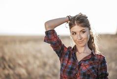 κακό κορίτσι Όμορφη γυναίκα στον τομέα brunette, με τη μακριά τρίχα brunette, παιχνίδι, χαλάρωση αστείου στη φύση, κινηματογράφησ Στοκ φωτογραφία με δικαίωμα ελεύθερης χρήσης