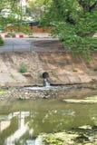 Κακό νερό από την πόλη, ρύπανση των υδάτων Στοκ Εικόνα