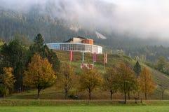 Κακό Bleberg, Αυστρία - 10 Οκτωβρίου 2017: Άποψη του ξενοδοχείου Vivea Gesundheits το ομιχλώδες πρωί Στοκ Εικόνα