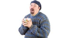 Κακώς άτομο στο μπλε πουλόβερ με το ζεστό ποτό στοκ φωτογραφία με δικαίωμα ελεύθερης χρήσης
