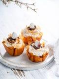Καλάθια ζύμης Πάσχας Filo με τη μαρέγκα και τη λειωμένη σοκολάτα και αυγά σοκολάτας σε ένα άσπρο υπόβαθρο Διάστημα για το κείμενό στοκ φωτογραφίες