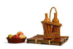Καλάθια με τα μήλα και τα μπουκάλια κρασιού Στοκ Εικόνες