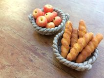 Καλάθια με το baguette και το μήλο στοκ εικόνα
