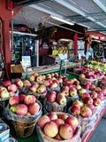 Καλάθια των ώριμων μήλων Στοκ φωτογραφία με δικαίωμα ελεύθερης χρήσης