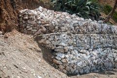 Καλάθια Gabion που γεμίζουν με τις πέτρες Στοκ Εικόνες