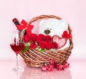 Καλάθι ημέρας βαλεντίνων ` s με τα σύμβολα της αγάπης στοκ εικόνα με δικαίωμα ελεύθερης χρήσης