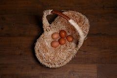 Καλάθι και αυγά ίνας ραφίας Στοκ φωτογραφίες με δικαίωμα ελεύθερης χρήσης