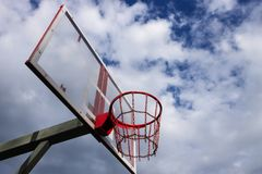 Καλάθι καλαθοσφαίρισης ενάντια στον ουρανό με τα σύννεφα Στοκ φωτογραφία με δικαίωμα ελεύθερης χρήσης