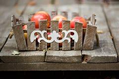καλάθι μήλων ξύλινο Συγκομιδή των μήλων Στοκ φωτογραφία με δικαίωμα ελεύθερης χρήσης