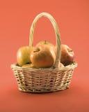 καλάθι μήλων Στοκ εικόνες με δικαίωμα ελεύθερης χρήσης