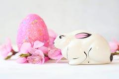 Καλάθι με τα αυγά Πάσχας στο άσπρο υπόβαθρο στοκ φωτογραφίες με δικαίωμα ελεύθερης χρήσης