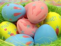 Καλάθι με τα ζωηρόχρωμα αυγά Πάσχας Στοκ Φωτογραφίες