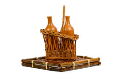 Καλάθι με τα κεραμικά μπουκάλια κρασιού Στοκ εικόνα με δικαίωμα ελεύθερης χρήσης