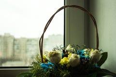 Καλάθι με τα λουλούδια στο παράθυρο Στοκ εικόνες με δικαίωμα ελεύθερης χρήσης