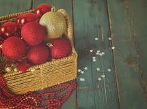 Καλάθι με τα παιχνίδια Χριστουγέννων στον ξύλινο πίνακα Στοκ Εικόνα