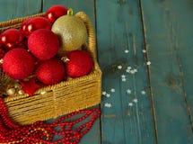 Καλάθι με τα παιχνίδια Χριστουγέννων στον ξύλινο πίνακα Στοκ εικόνα με δικαίωμα ελεύθερης χρήσης