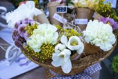 Καλάθι με τα wildflowers Στοκ φωτογραφίες με δικαίωμα ελεύθερης χρήσης