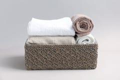 Καλάθι με τις μαλακές πετσέτες λουτρών Στοκ Φωτογραφίες