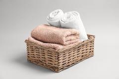 Καλάθι με τις μαλακές πετσέτες λουτρών Στοκ Εικόνες