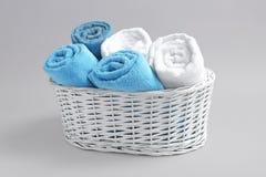 Καλάθι με τις μαλακές πετσέτες λουτρών Στοκ εικόνα με δικαίωμα ελεύθερης χρήσης
