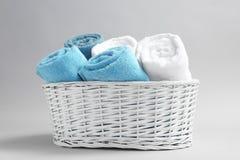 Καλάθι με τις μαλακές πετσέτες λουτρών Στοκ Φωτογραφία