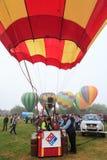 Καλάθι μπαλονιών ζεστού αέρα, άλλα μπαλόνια πίσω στοκ εικόνες με δικαίωμα ελεύθερης χρήσης