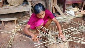 Καλάθι μπαμπού craftswoman κάνοντας την εργασία του στοκ εικόνες με δικαίωμα ελεύθερης χρήσης
