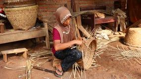 Καλάθι μπαμπού craftswoman κάνοντας την εργασία του στοκ εικόνα με δικαίωμα ελεύθερης χρήσης