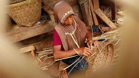 Καλάθι μπαμπού craftswoman κάνοντας την εργασία του στοκ φωτογραφίες με δικαίωμα ελεύθερης χρήσης