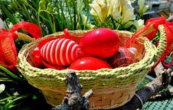 Καλάθι Πάσχας με τα κόκκινα χρωματισμένα αυγά και τα διαφορετικά σχέδια στοκ φωτογραφίες με δικαίωμα ελεύθερης χρήσης