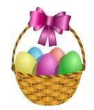 Καλάθι Πάσχας που γεμίζουν με τα χρωματισμένα αυγά Στοκ Φωτογραφία