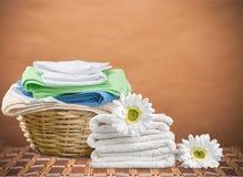 Καλάθι πλυντηρίων με τις πετσέτες Στοκ Εικόνες