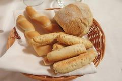 Καλάθι του ψωμιού και breadsticks με τα δημητριακά Στοκ εικόνα με δικαίωμα ελεύθερης χρήσης