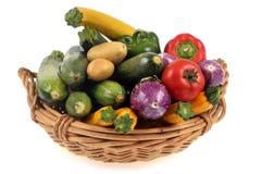 Καλάθι των λαχανικών σε ένα άσπρο υπόβαθρο στοκ εικόνες