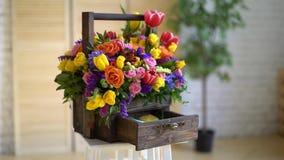 Καλάθι των λουλουδιών, των φωτεινών χρωμάτων, των τριαντάφυλλων και των τουλιπών απόθεμα βίντεο