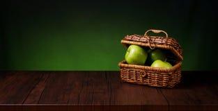 Καλάθι των μήλων Στοκ εικόνες με δικαίωμα ελεύθερης χρήσης