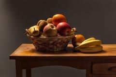 Καλάθι των φρούτων σε έναν ξύλινο πίνακα Στοκ Εικόνες