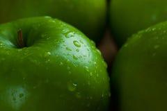 Καλάθι φρούτων της Apple στο μαύρο υπόβαθρο Στοκ Φωτογραφία